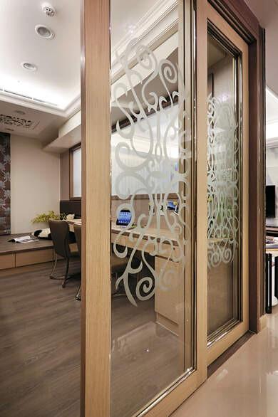 书房入口拉门在清玻璃上点缀古典图纹,相当赏心悦目。