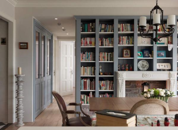 此气韵唿应的则是对墙餐厅的灰蓝书柜墙,丰富书籍加上典,