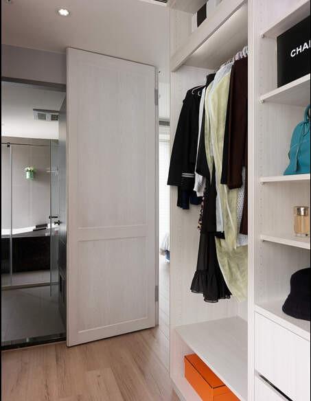 旁侧落地穿衣镜后方则隐藏足以收入小型行李箱的衣帽柜,独立空间区域