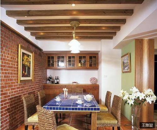 一百三十多平的房子,餐厅的空间还是挺充裕的。整个房子设计师是不打算采用吊顶的,然后就用一些横木来代替了吊顶,兼顾了观赏性。业主特意要求家具要是木质的,这样跟房子的整体风格更切合一些。