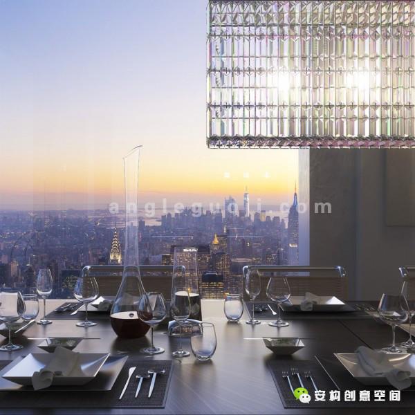 各单位配备10尺x 10尺的大型玻璃窗,为住宅引入充足自然光;住客亦可透过玻璃窗眺望中央公园、哈德逊河与东河、大西洋以及曼克顿众多标志性建筑物及大道,欣赏迷人景致。