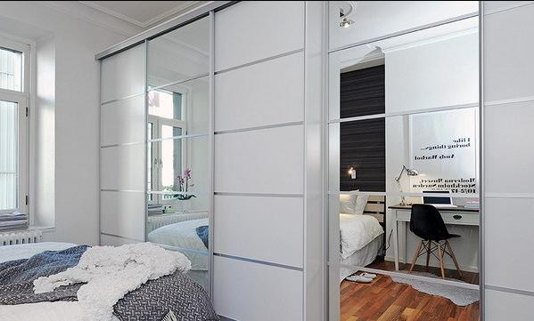 卧室中衣柜使用了大面积的镜面,不仅有放大空间的效果,同时也为日常生活提供了需要。