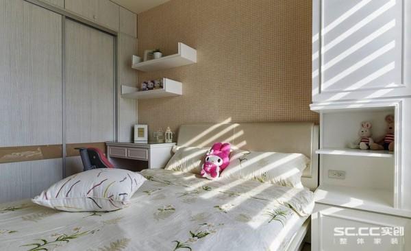 以温馨色调的壁纸选色,搭配白色的美式造型线板,创造女孩房的温暖舒适,衣柜与收纳柱柜同样善用空间高度,提供足够的收纳量。