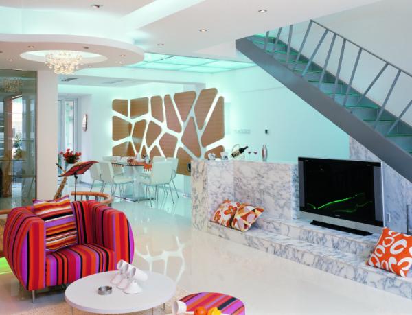 整个房间的视觉中心是以楼梯、吧台、电视台三位一体的造型。