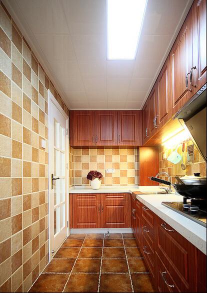 仿古砖与墙面花色瓷砖配搭,融入实木经典的橱柜。