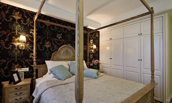 深色印花的壁纸,搭配与中式结合的床,配上色彩鲜明的白色衣柜。
