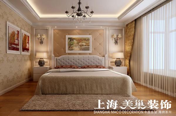 图---主卧床头背景通过护墙板和软包的结合,配上暖色的欧式暗纹壁纸图片