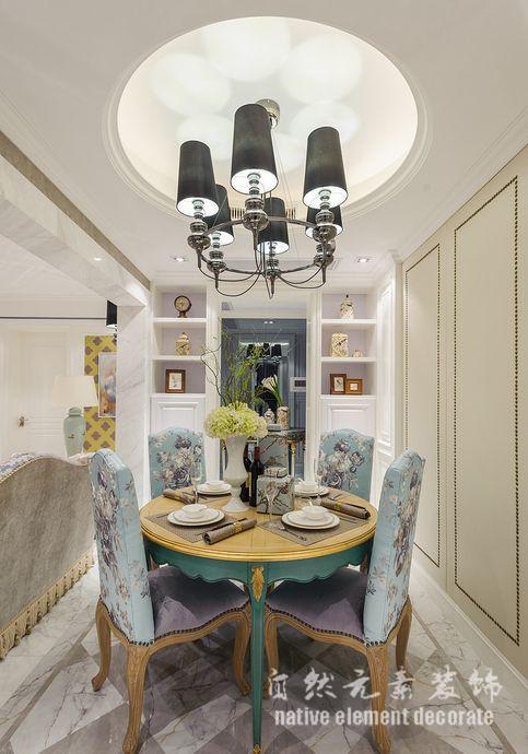 追求家具的舒适度与实用性等欧式风格家具特点,它塀弃了古典家具的繁复,更多的运用了简约线条,和天然的实木纹路,但有不失高贵与典雅,实现了一种简约而不简单的设计风格。