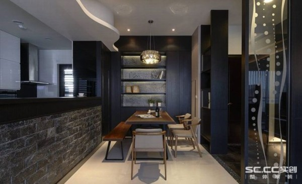 主墙与吊灯为餐厅的主要视觉构图,薄石板于铁件层板柜体,展露纹理的粗犷与细腻的光影变化;上方天花的木作曲线,虽是为了隐藏全热换气管线,却同时增添空间的活泼氛围。