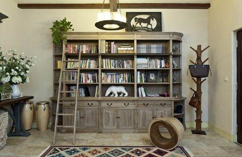 这是在客厅的书架,房子主人不喜欢看电视,就用书架代替了。