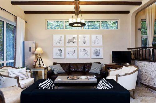 没有大金大银的土豪饰品,家具也是平庸的毫无亮点,却依旧难掩奢华感。好的东西大多这样,气势内敛。沙发的黑,墙面的朦胧,窗外的清澈,三种意境完美的融合在一起。