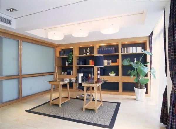 书房的设计很简单,一大面墙设计为书柜,不仅利用了空间,也起到一种装饰的作用。玻璃的墙面形成一种通透之感。