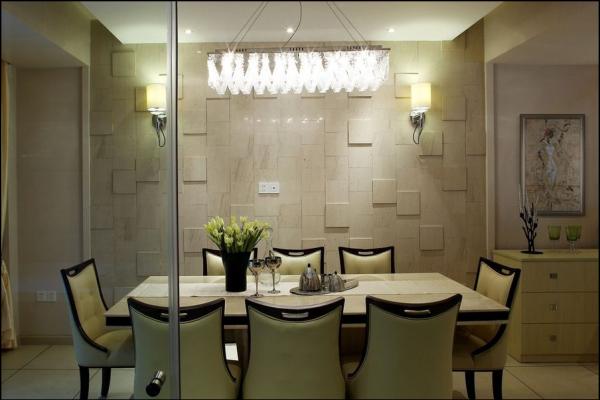 餐厅与厨房的空间应用全通透玻璃进行分隔,既满足了使用功能又增添了空间视线互通。