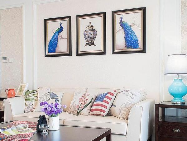 客厅孔雀挂画细节
