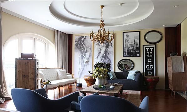 起居室的空间里,主人的角色是个艺术工作者,为了体现主人浓烈的个人设计风格,使用风格迥异的家具单品和极富冲突的陈列方式让空间具有内在的矛盾力量。