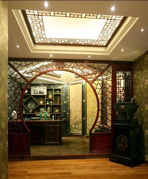 宋代工笔重彩的屏风和博古架相映成趣。