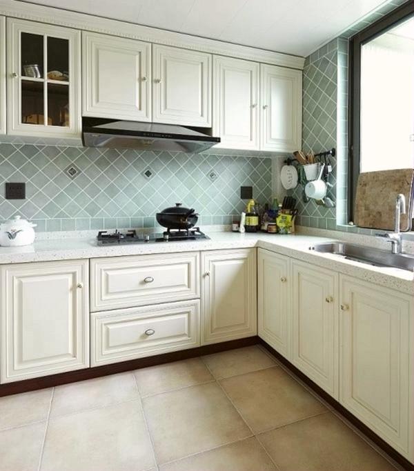 打造温馨舒适厨房,一要视觉干净清爽;二要有舒适方便的操作中心:橱柜要考虑到科学性和舒适性。灶台的高度,灶台和水池的距离,冰箱和灶台的距离,择菜、切菜、炒菜、熟菜都有各自的空间,橱柜要设计抽屉
