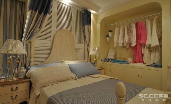 主卧主要以浅蓝色为主色调,搭配白色的家具,清爽柔和,有利于放松心情。床头用百叶门装饰,增加自然清新的生活氛围。墙体内留出一个小衣柜的位置,集装饰与应用于一体,增加了储物空间,还具备装饰特