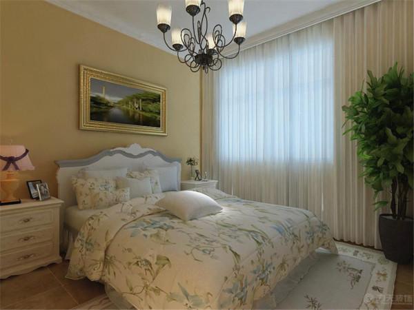 卧室也是本着田园风格的感觉,墙面通刷的浅黄色乳胶漆,顶面做的石膏线装饰,踢脚线也做的石膏线装饰