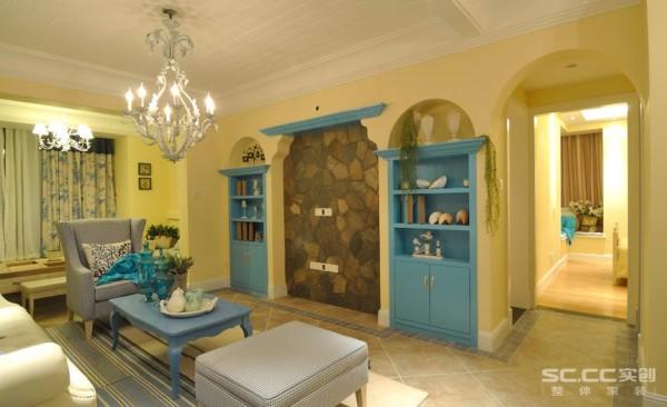 电视背景墙用具有地中海特色的赤陶砖铺贴,土黄色与红褐色交织而成体现强烈地中海的风格色彩。拱形的造型墙内放入书柜增加储物空间,明亮的蓝色增添空间色调的明快感