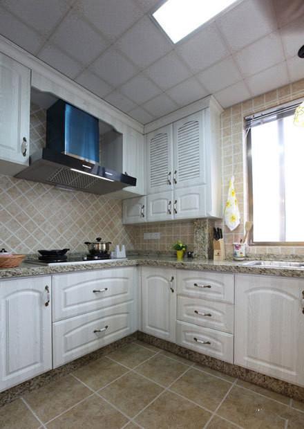 厨房的橱柜都选用的是白色,显得干净整洁