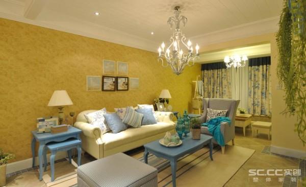 客厅以田园地中海风格为主,以暖黄色为主色调,以蓝色为辅。相互映衬搭配出有地中海特色的装修风格,加上田园风格的造型增添了清新、活泼的氛围,为主人的生活增添自然闲适的情调