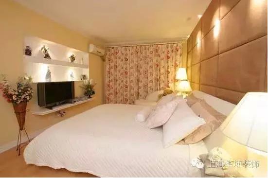 卧室的装修就要比客餐厅的稍微奢华一些,墙面用的是软包,这种模式经常出现在KTV的装修中,电视背景墙也会有用这种材料制作的案例。