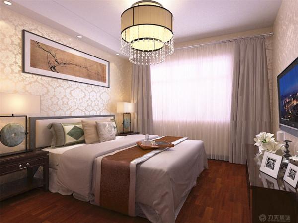 主卧室造型相对简单并没有太多的造型,在床头顶面做了一组假梁,放置了三个筒灯,墙面挂了一副中式挂画。整体空间色彩淡雅。