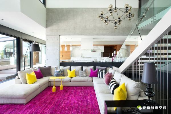 一个外表优雅的三层斜面地基为连接好房子的每一层提供了重要的保障:卧室在最上层 游泳池和娱乐区在中间一层,能够更亲近看到大自然风景的在最下层