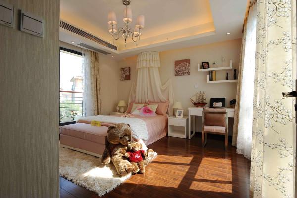 儿童房则偏向恬淡的浅色系,电视背景墙选用大面积的白色铺色,轻松活跃。