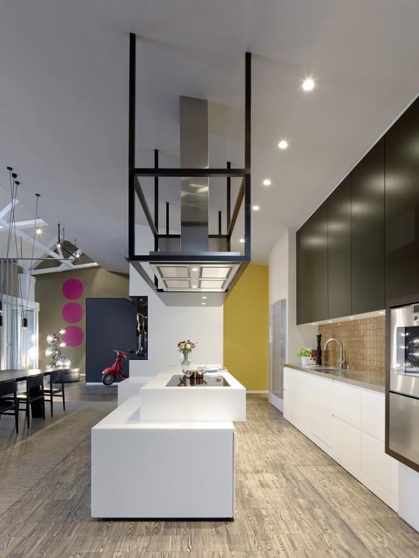 厨房装修设计:西式宽敞的导台,配上一点色彩,整个厨房瞬间灵动起来。