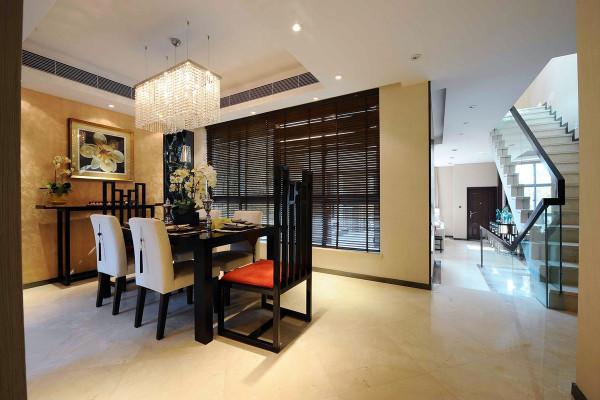 餐厅装修设计为了给居室增添几分暖意,饰以精巧的灯具和雅致的挂画,使整个居室在浓浓古韵中渗透了几许现代气息。