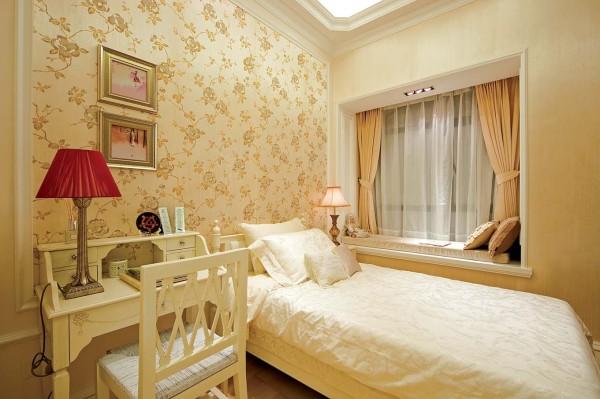 女儿房的设计很简单,淡淡的印花壁纸整体的感觉很美观、大气。