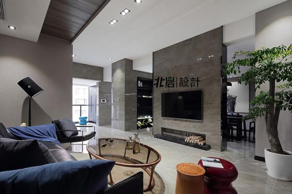 设计师在这个空间用到了大量含蓄收纳手法,机顶盒等物没有外置,而是选择内嵌收入墙面之中,空间完整性得到最大保障。