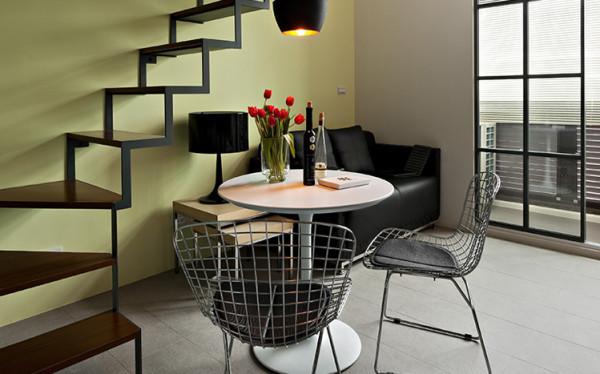 将4.8的挑高做上下两层的处理,一楼是开放式的起居室。