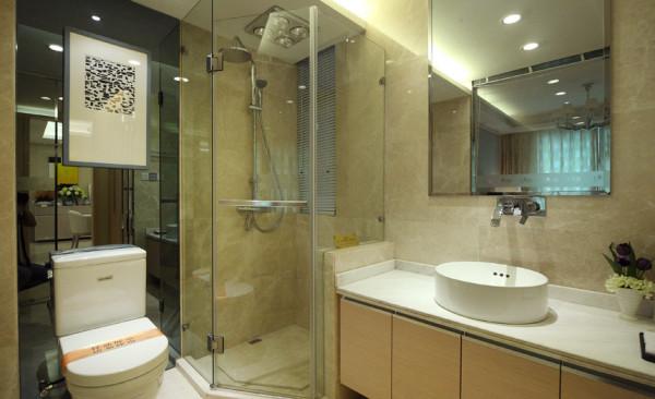卫生间实景展示图,简单干净,储藏空间大,利用镜面扩大空