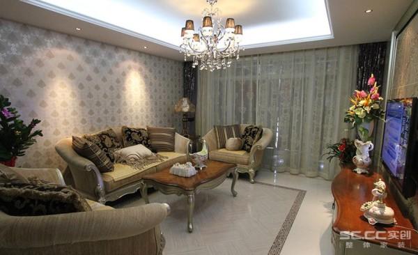 客厅的落地的窗帘很是气派。布艺沙发组合有着丝绒的质感以及流畅的木质曲线,与一幅色彩鲜艳的油画相呼应,敞开式的客厅提供了一个视觉中心