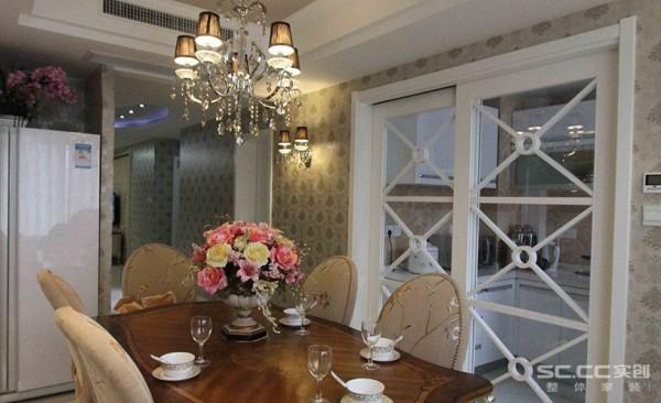 大面积的玻璃带来了良好的采光,厨房的玻璃移门很是气派,将传统欧式家居的奢华与现代家居的实用性完美地结合