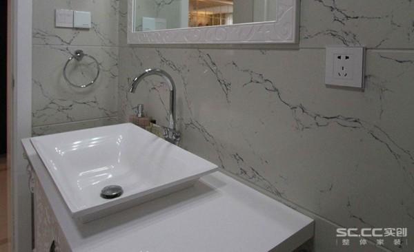 洗手台在一面墙和一个台子的简单组合中形成,在构造上,简单大方。