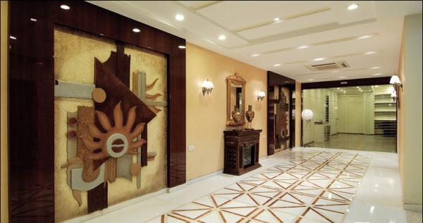 具有印度教意味的装饰画被放在长长的走廊上。
