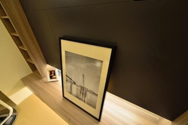 在一分為二的画面主题中,营造出耐人咀嚼的生活品味。视线之下以黑色烤漆玻璃,呈现出的简洁俐落的空间性格,视线以上採取别緻花案的壁纸款式,形成搭配融洽的媒材表情。