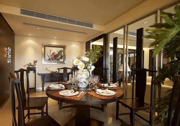 餐厅的设计;深色的餐桌椅,搭配着通明的玻璃,整体和客厅相互呼应。