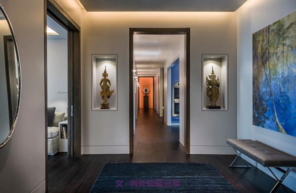 作为墙壁上的挂饰,镂空雕花木板是不错的选择,一般会选取莲花和卷纹草作为表达意向,莲花是佛教圣花,具有凝神静气的寓意,传达着浓郁的宗教气息。