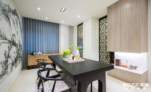 除了餐厅侧墙的功能柜体外,其窗下的备餐台设置,也能同时放置配件及使用后的餐盘杯子。