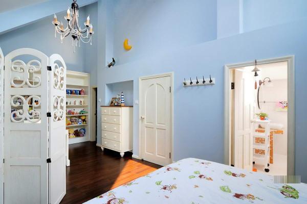 儿童房的设计 采用天蓝色,干净明亮,增添不少乐趣。