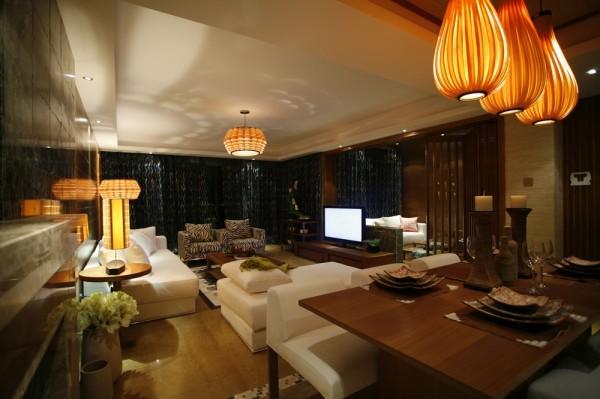 客厅的设计采用的白色的亚麻的布艺,搭配着深色的木饰面,整体的大气、干净。