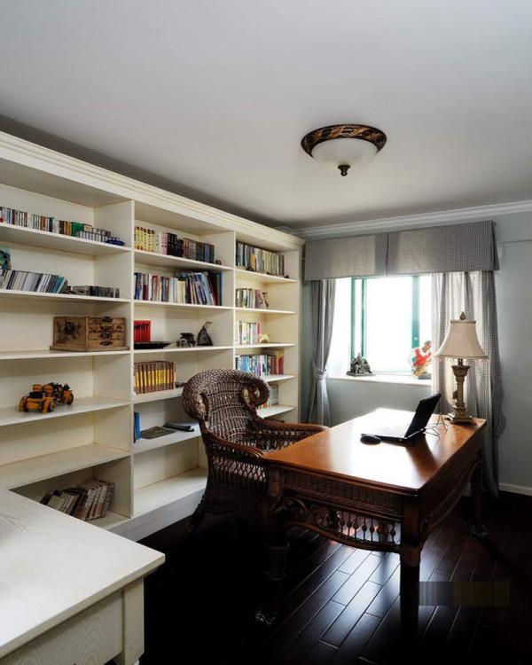 书房的装修设计软装颇为丰富,各种象征主人过去生活经历的陈设一应俱全