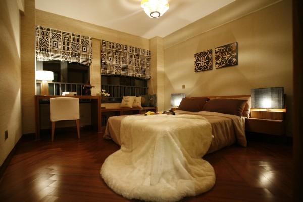 卧室的设计也很简单,书桌的设计既满足了空间的利用,也显得空间丰满许多。
