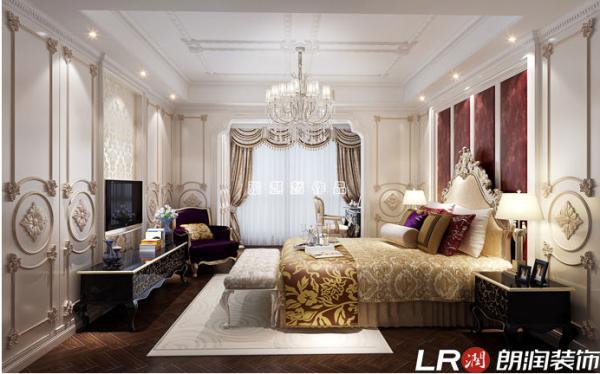 墙板白色为底色,客厅蓝色雕花线条显现出地中海的浪漫清新风格、卧室亚光金色雕花线条,呼应家具的金边金色元素,呈现奢华风,却不失温馨的调调!