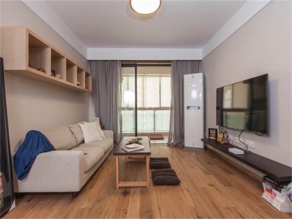 客厅利用原木风格,地板和电视柜都是原木风的。储物柜增加了储物功能。